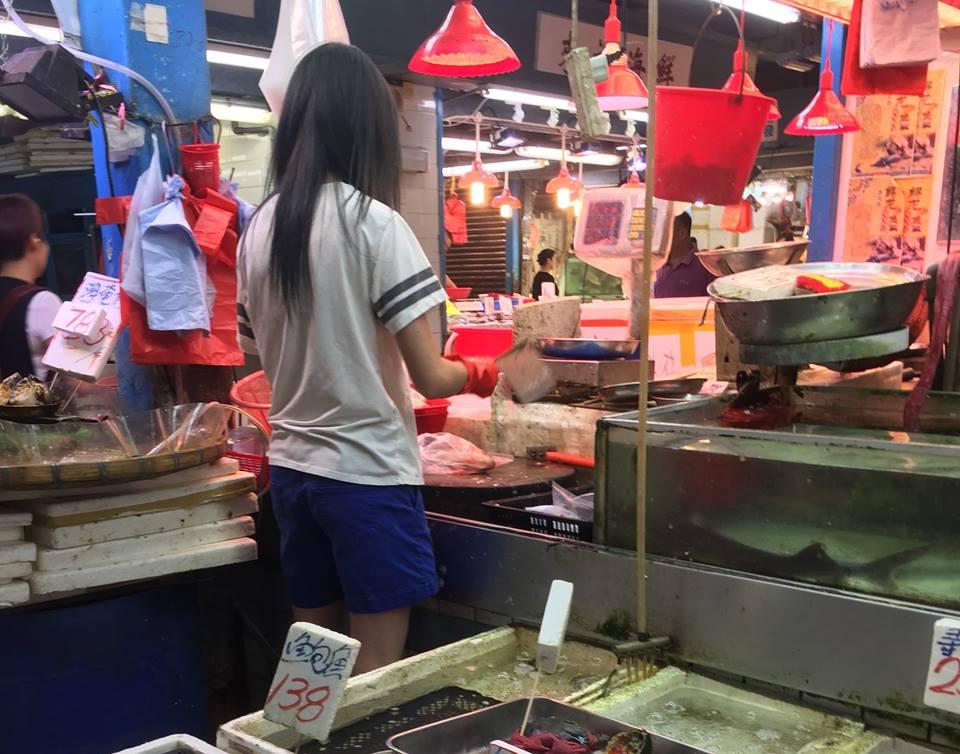 賣鮮魚的女子