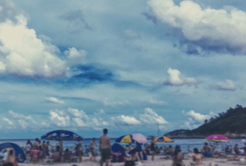 沙灘、墨鏡、巧克力(或雪糕)
